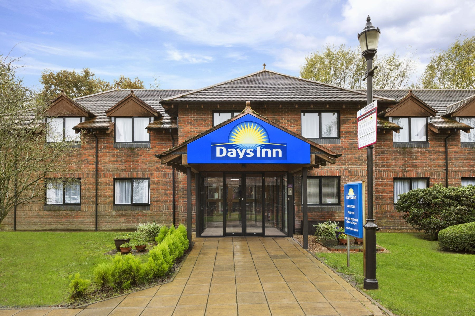 Please note: The weekly prices quoted above are for Official Long Stay 4 car park and Days Inn with parking. These are accurate at the time of writing but are always subject to change according to availability on the dates you require and price fluctuations throughout the year.